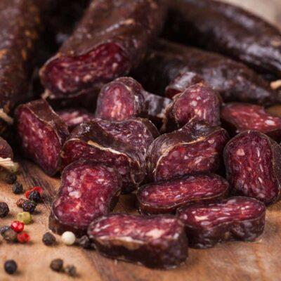 droge peperworstes van Black Angus, Pure rundvlees worstjes. Zeer stevig van structuur en vol van smaak, met een pittig accent dankzij de peperbolletjes