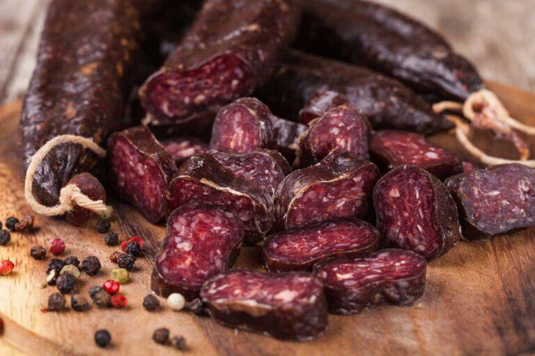 droge peperworstjes van Black Angus, Pure rundvlees worstjes. Zeer stevig van structuur en vol van smaak, met een pittig accent dankzij de peperbolletjes