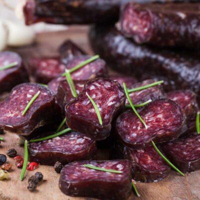 2 stuks droge venkelworstjes van Black Angus. Online te bestellen op biologischnatuurvlees.nl
