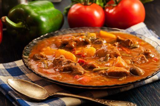 biologische Goulash is een hartverwarmende vleesstoofschotel met o.a. rundvlees, aardappel en kruiden