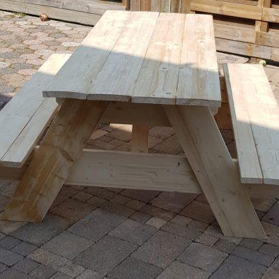 tafel met banken van steigerhout