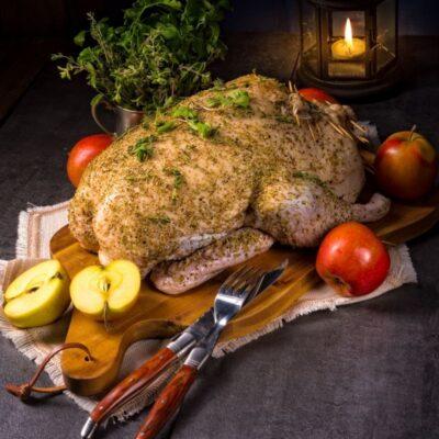Wilde eend, met kruiden klaar om de oven in te gaan